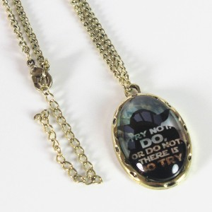 Bioworld - Yoda cameo necklace (front)